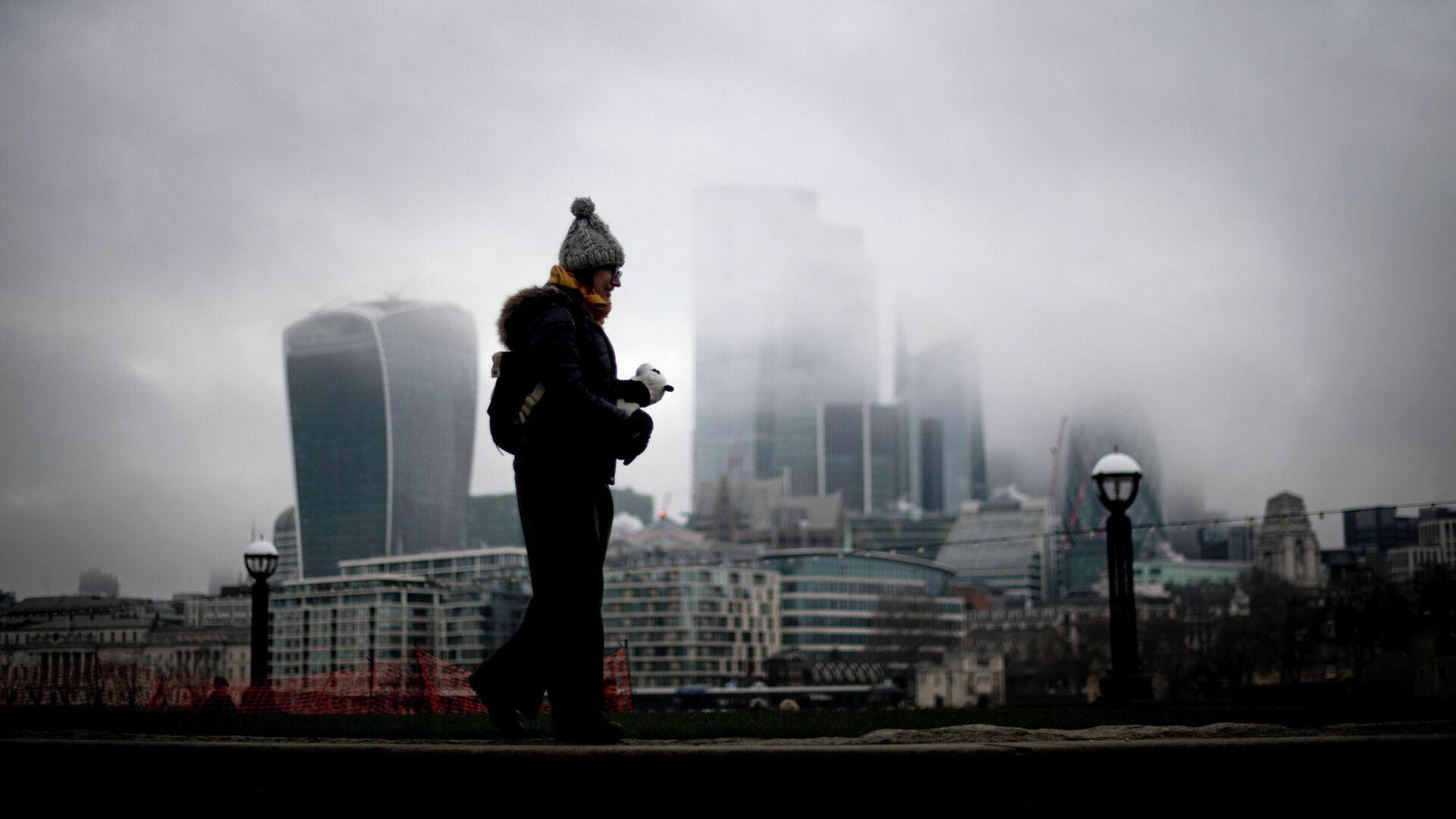 Женщина проходит мимо Сити Лондон - РИА Новости, 1920, 13.01.2021