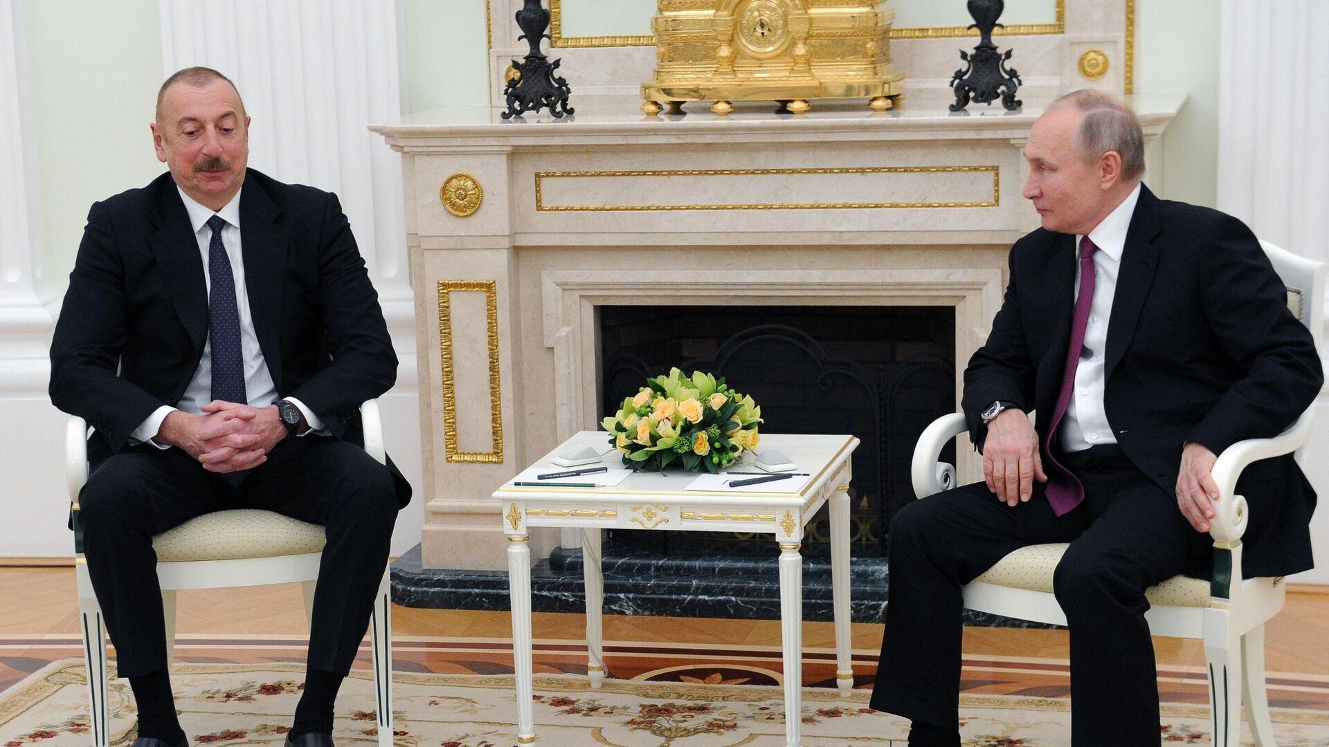 Президент РФ Владимир Путин и президент Азербайджана Ильхам Алиев (слева) во время двусторонней встречи в Кремле - РИА Новости, 1920, 19.05.2021