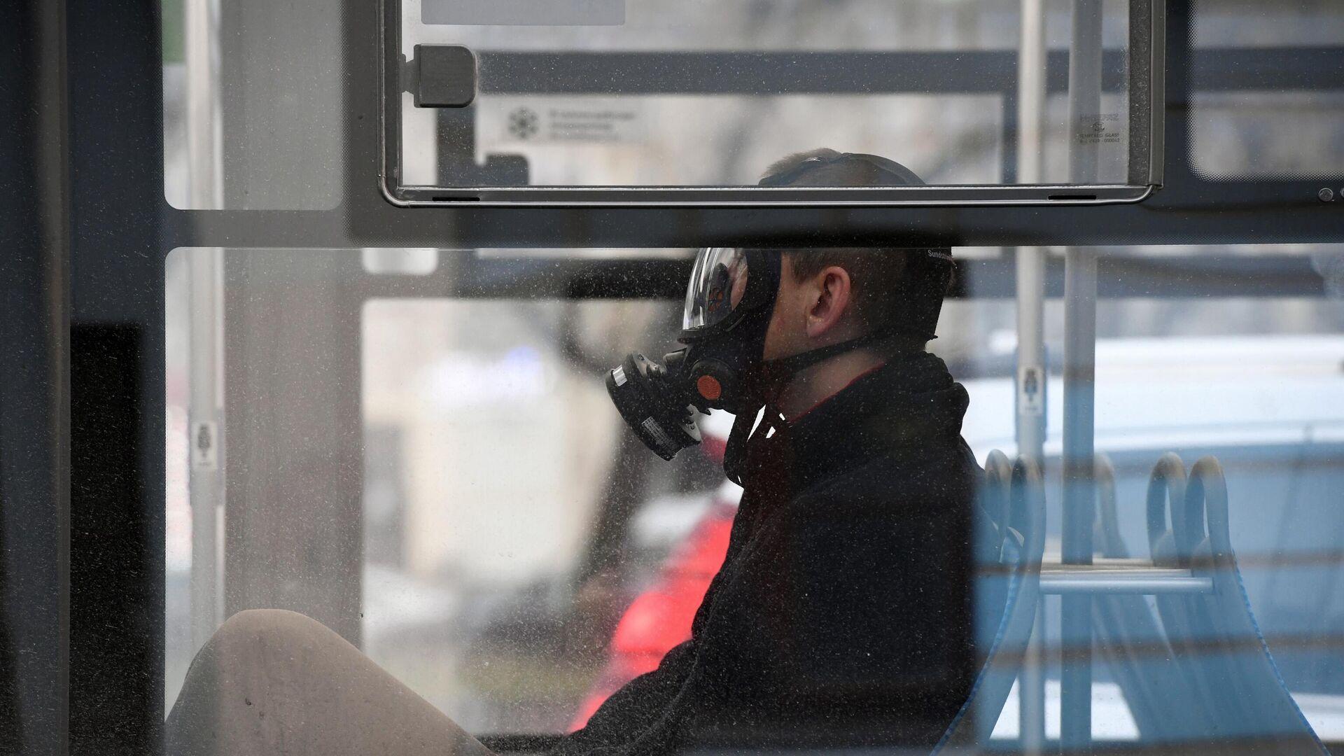 Мужчина в защитной маске в общественном транспорте - РИА Новости, 1920, 11.12.2020