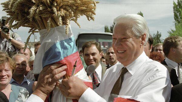 Жители Саратовской области вручают Президенту России Борису Николаевичу Ельцину символический сноп пшеницы, обещая, что в области будет собрано 5 млн тонн зерна