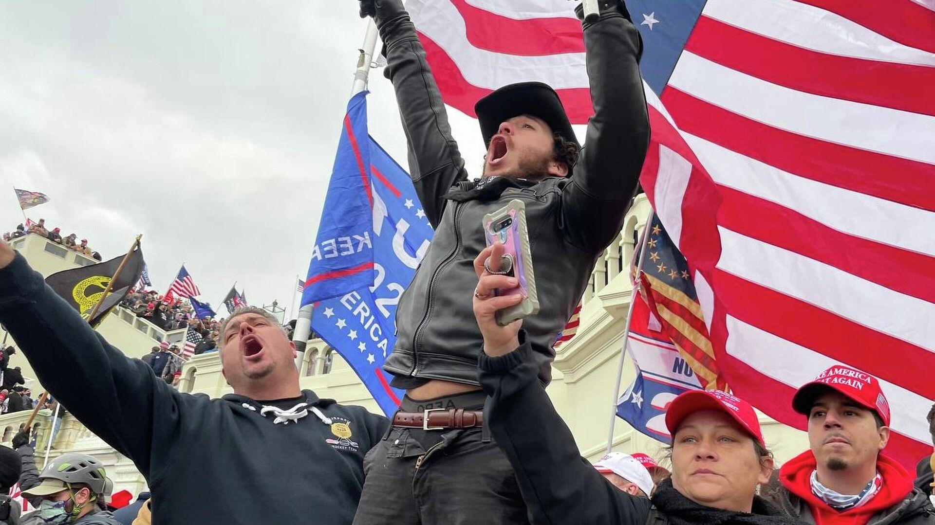 Участники акции сторонников действующего президента США Дональда Трампа у здания конгресса в Вашингтоне - РИА Новости, 1920, 27.01.2021