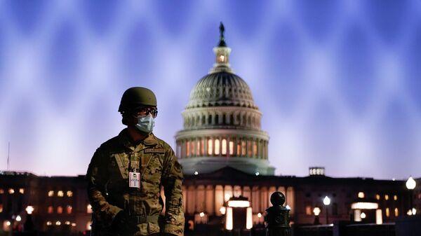 Военнослужащий Национальной гвардии США у здания Капитолия в Вашингтоне