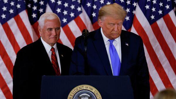 Президент США Дональд Трамп и вице-президент Майк Пенс в Восточной комнате Белого дома в Вашингтоне, США