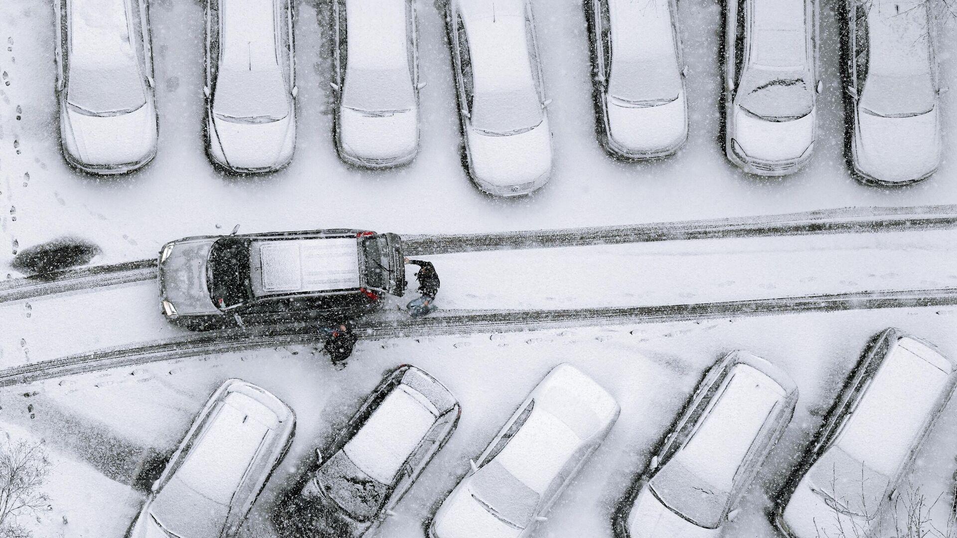 Автомобили, занесенные снегом, во дворе одного из жилых домов Москвы - РИА Новости, 1920, 08.02.2021