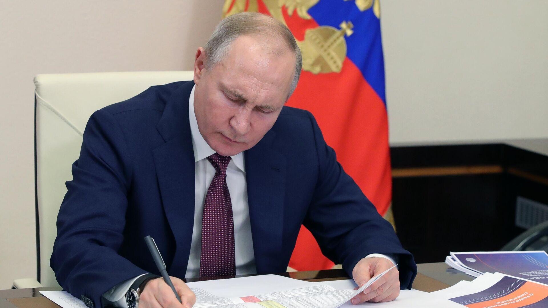 Президент РФ Владимир Путин проводит в режиме видеоконференции совещание с членами правительства РФ - РИА Новости, 1920, 26.04.2021
