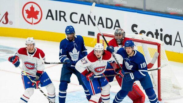 Игровой эпизод матча между Монреалем и Торонто. Александр Романов под номером 27