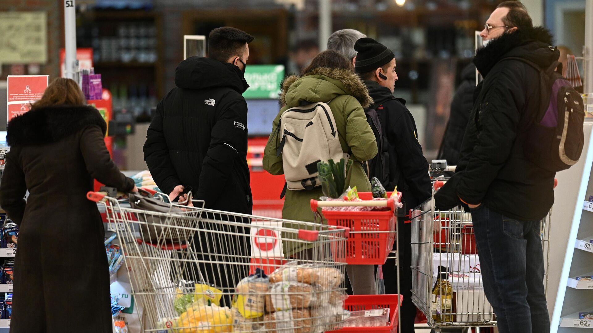 Покупатели в очереди возле кассы в гипермаркете Ашан - РИА Новости, 1920, 25.04.2021