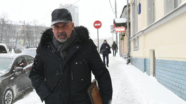 Аудитор Счетной палаты РФ Михаил Мень у Басманного суда Москвы