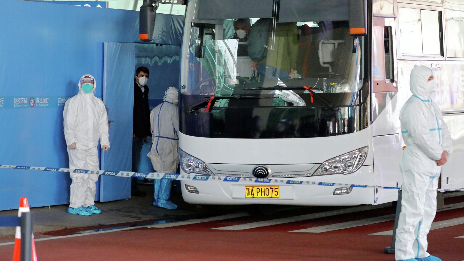 Группа экспертов ВОЗ садятся в автобус перед отъездом из международного аэропорта Ухань - РИА Новости, 1920, 29.01.2021