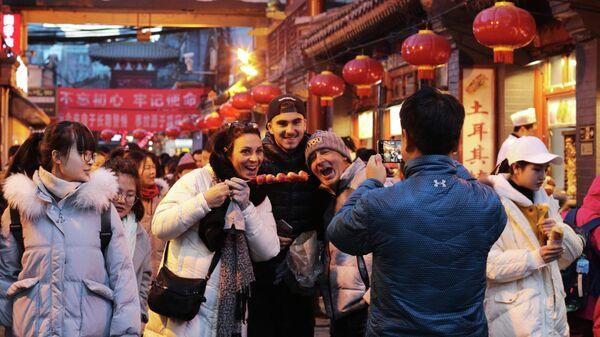 Туристы на рынке уличной еды Ванфуцзин в Пекине