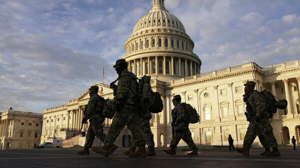 Военнослужащие Национальной гвардии США у здания Капитолия в Вашингтоне