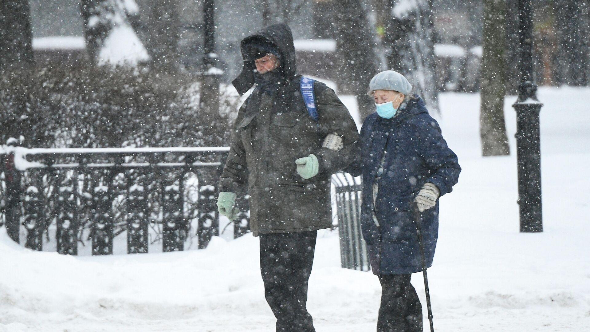 Прохожие идут по Каланчевской улице в Москве во время снегопада - РИА Новости, 1920, 15.01.2021
