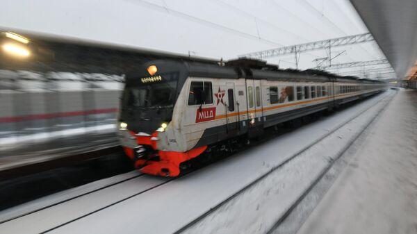 Электропоезд у платформы открывшейся реконструированной станции Баковка на Московском центральном диаметре