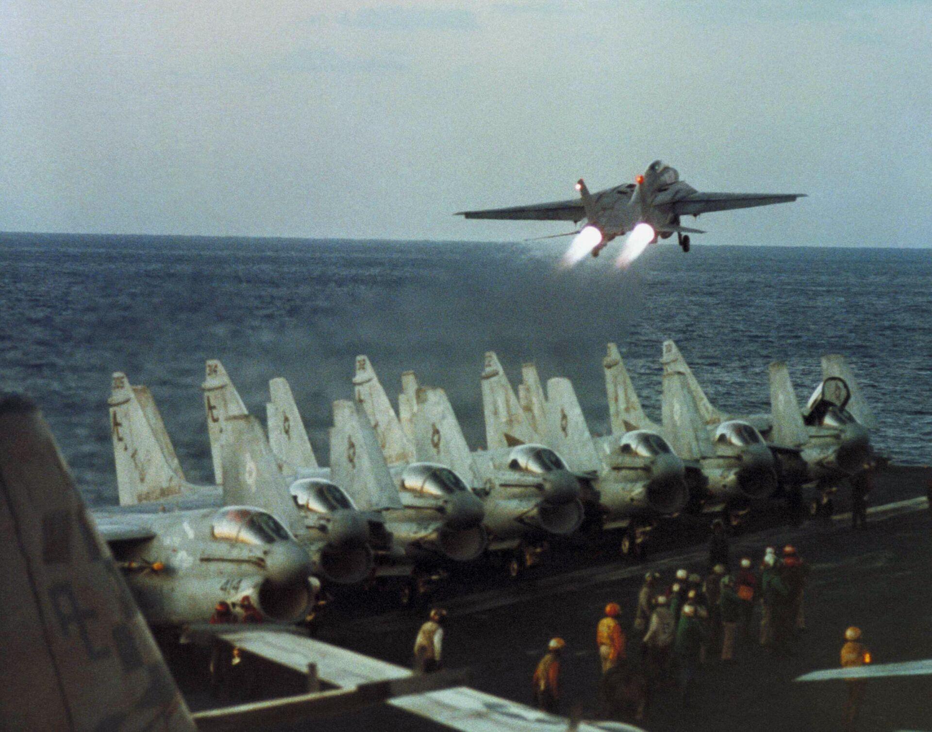 Самолеты F-14 ВМС США на авианосце USS John F. Kennedy в Красном море во время миссии по атаке иракских позиций Буря в пустыне - РИА Новости, 1920, 19.02.2021