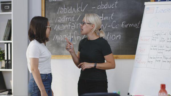Преподаватель и ученик на уроке