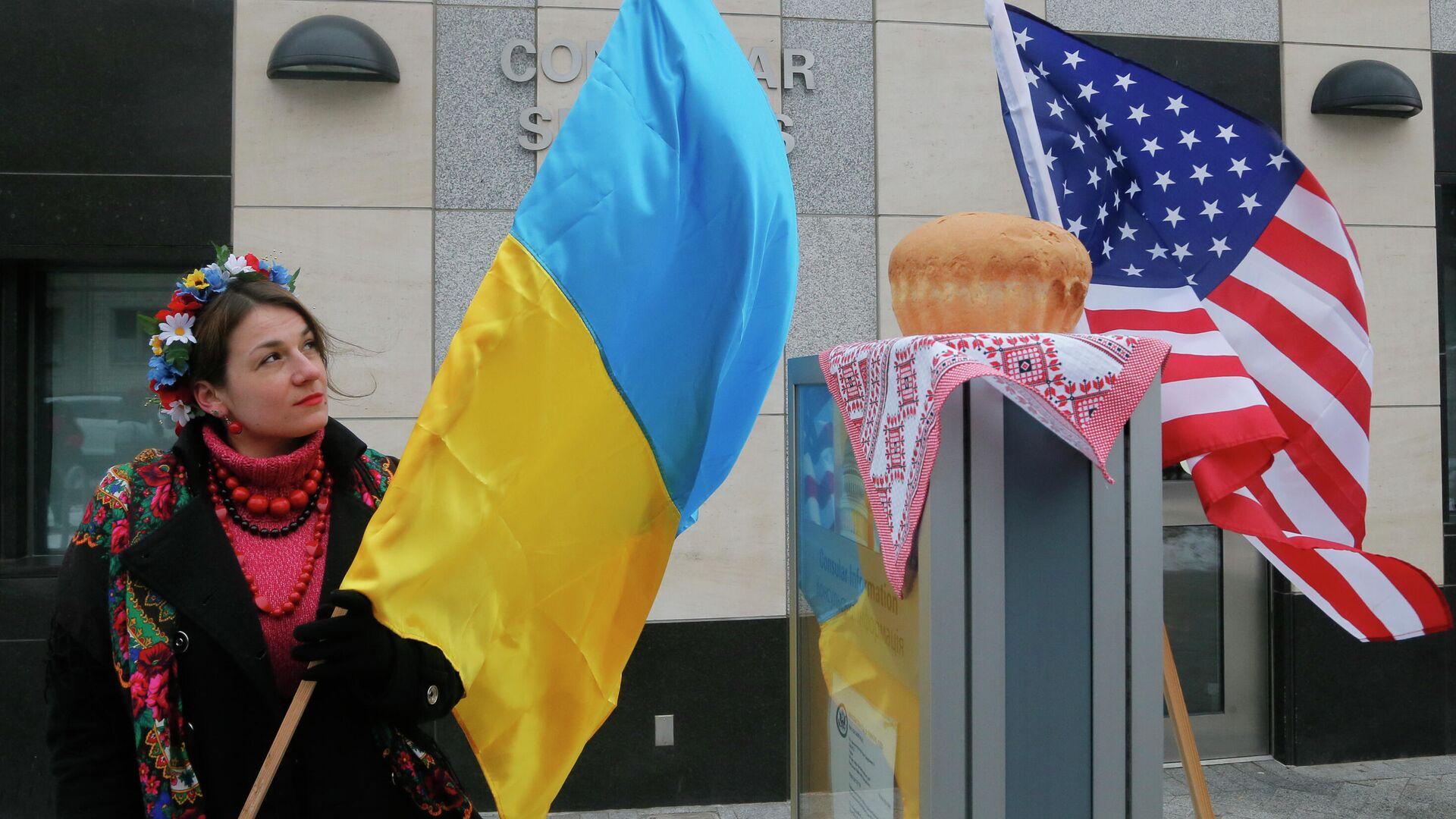 Женщина с флагом Украины у посольства США в Киеве  - РИА Новости, 1920, 03.09.2021