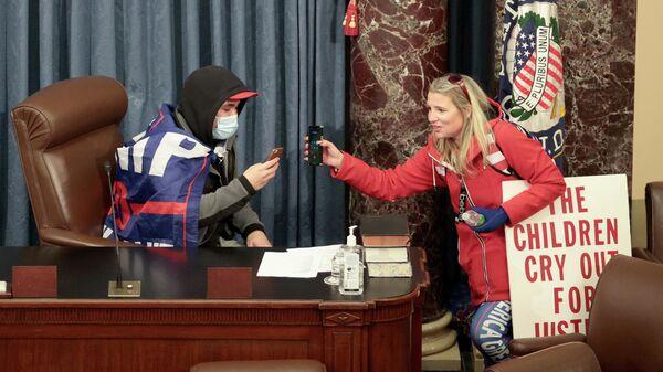 Кристин Приоле в здании Сената США во время штурма его протестующими 6 января 2021