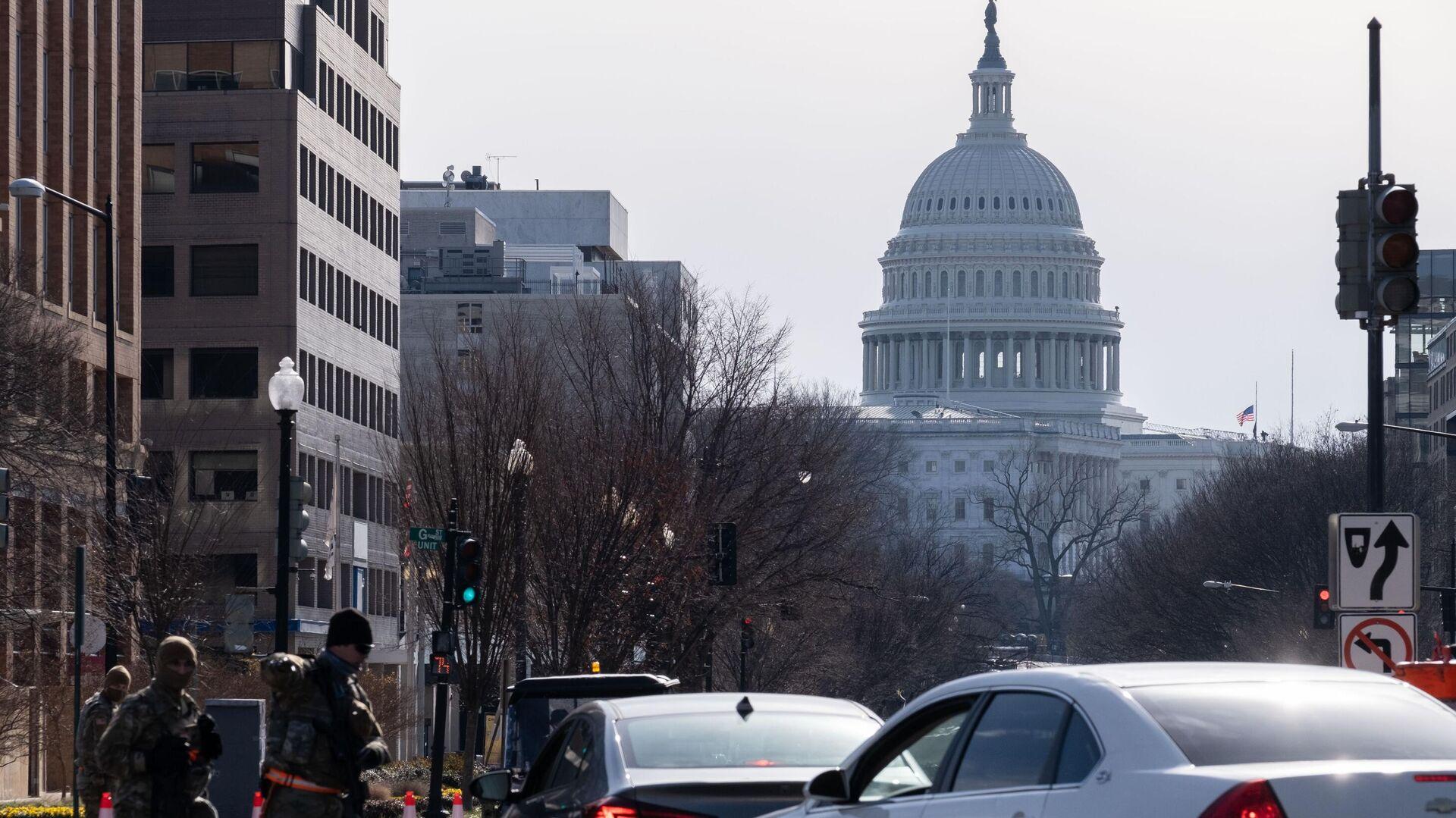 Контрольно-пропускной пункт полиции неподалеку от здания Капитолия в Вашингтоне - РИА Новости, 1920, 17.01.2021
