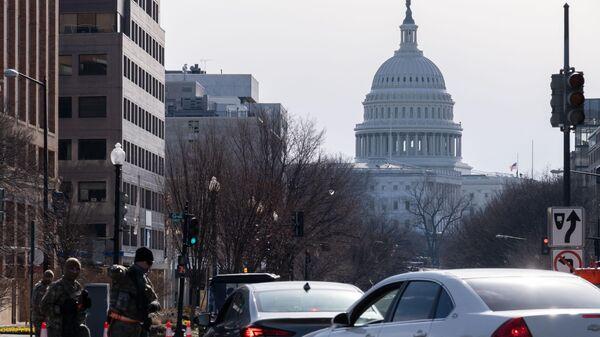 Контрольно-пропускной пункт полиции неподалеку от здания Капитолия в Вашингтоне