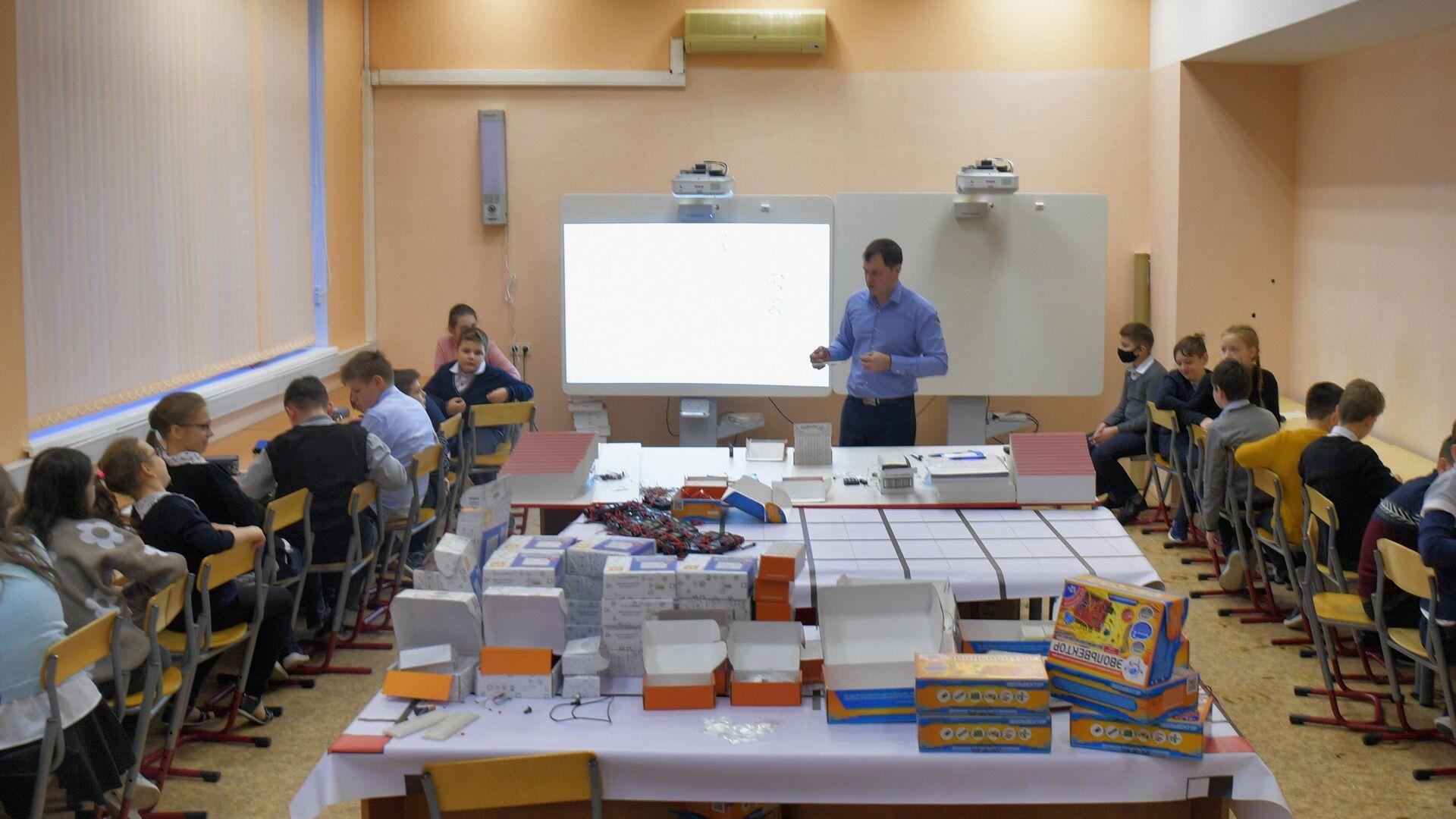 Учащиеся на уроке в школе №429 в Москве - РИА Новости, 1920, 26.02.2021