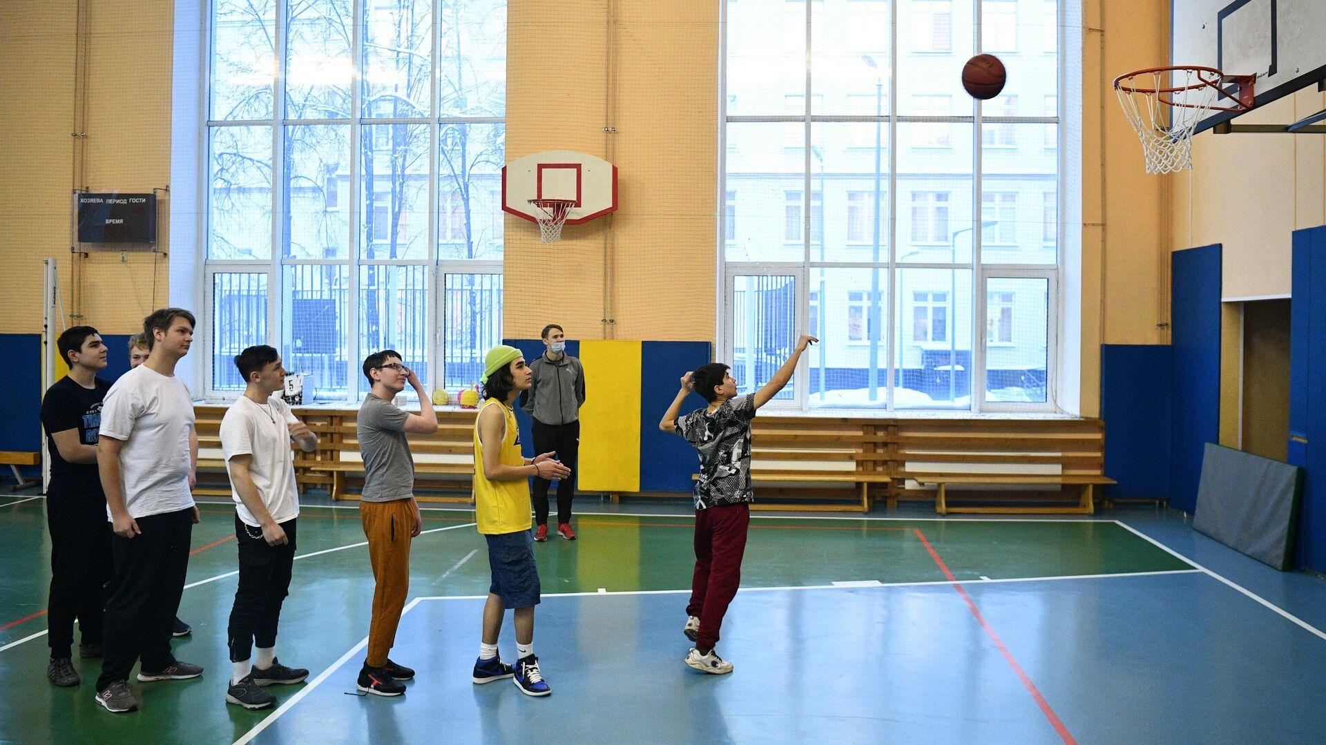 Учащиеся на уроке физкультуры в школе №429 в Москве - РИА Новости, 1920, 10.09.2021