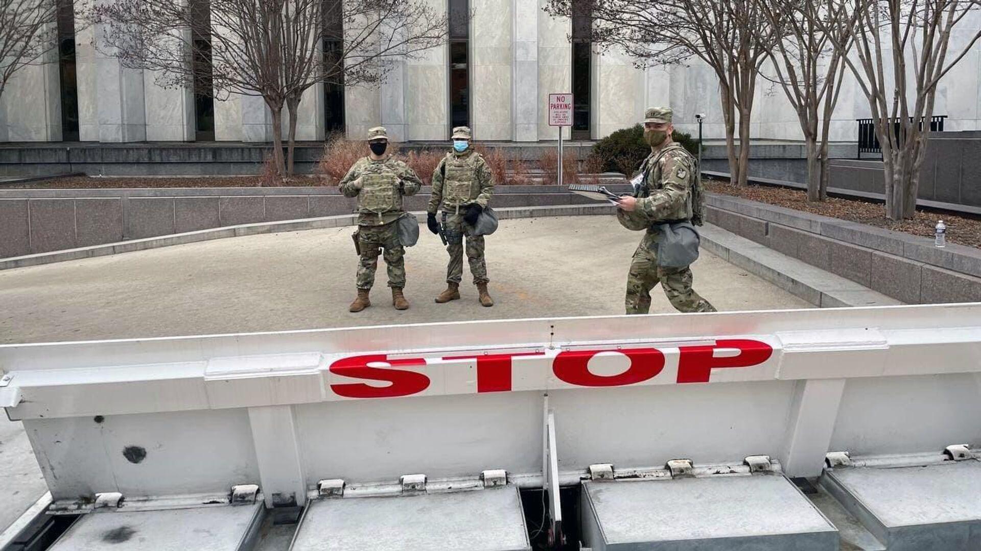 Военнослужащие Национальной гвардии дежурят на одной из улиц неподалеку от здания Капитолия в Вашингтоне - РИА Новости, 1920, 18.05.2021