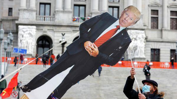 Картонная фигура с изображением президента США Дональда Трампа у Капитолия штата Пенсильвания в Харрисберге