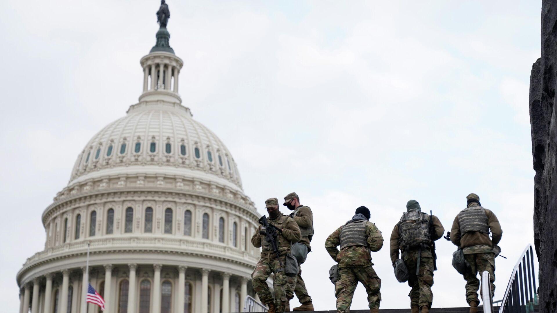 Сотрудники Национальной гвардии США у здания Капитолия в Вашингтоне - РИА Новости, 1920, 19.01.2021