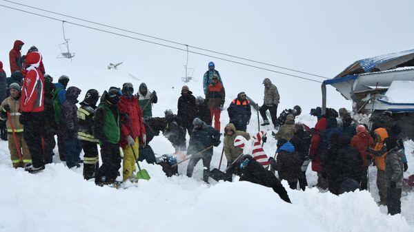 Сотрудники МЧС РФ проводят поисково-спасательные работы после схода лавины в Домбае у горы Мусса-Ачитара
