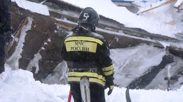 Сотрудник МЧС РФ проводит поисково-спасательные работы после схода лавины в Домбае у горы Мусса-Ачитара