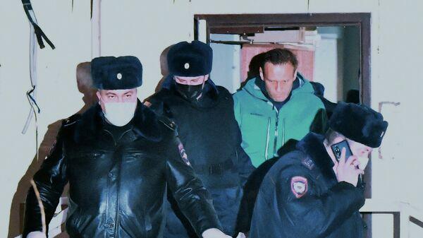 Сотрудники полиции выводят Алексея Навального из здания 2-го отдела полиции Управления МВД России по г. о. Химки