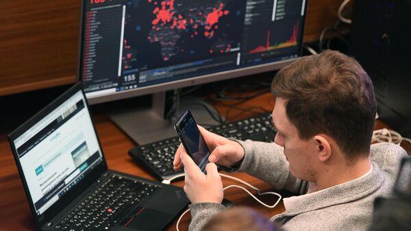 Сотрудник информационного центра по мониторингу ситуации с коронавирусом Департамента здравоохранения города Москвы