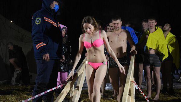 Верующие во время крещенского купания в проруби на реке Обь в черте Новосибирска