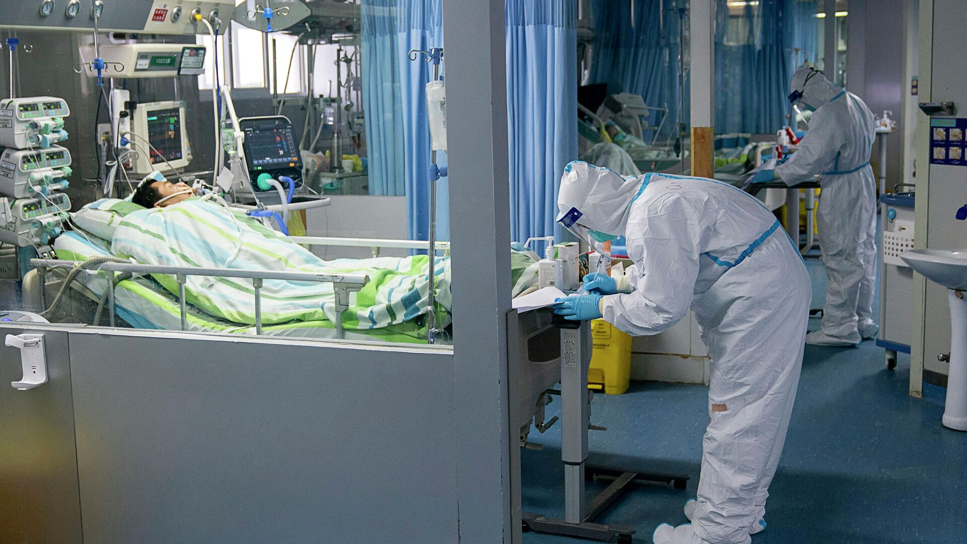 Медицинские работники и пациенты в палате интенсивной терапии в больнице города Ухань, КНР - РИА Новости, 1920, 30.08.2021