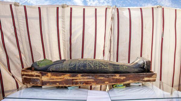 Древний саркофаг, обнаруженный египетским археологом Захи Хавассом и его командой в огромном некрополе в Саккаре, к югу от Каира, Египет