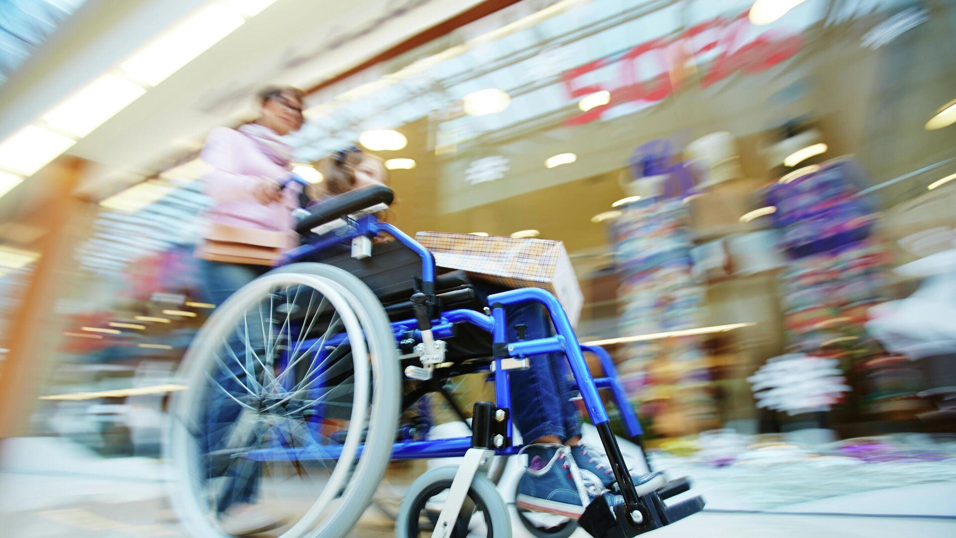 Женщина с ребенком в инвалидной коляске - РИА Новости, 1920, 26.07.2021