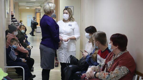 Пациенты и врачи в районной больнице в Мошковском районе Новосибирской области