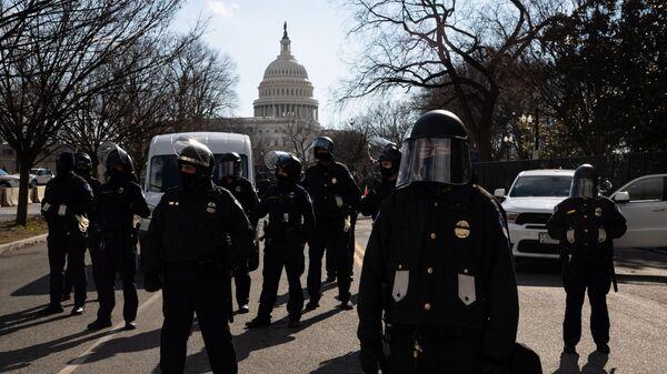 Полицейские у здания Капитолия США во время инаугурации избранного президента Джо Байдена в Вашингтоне