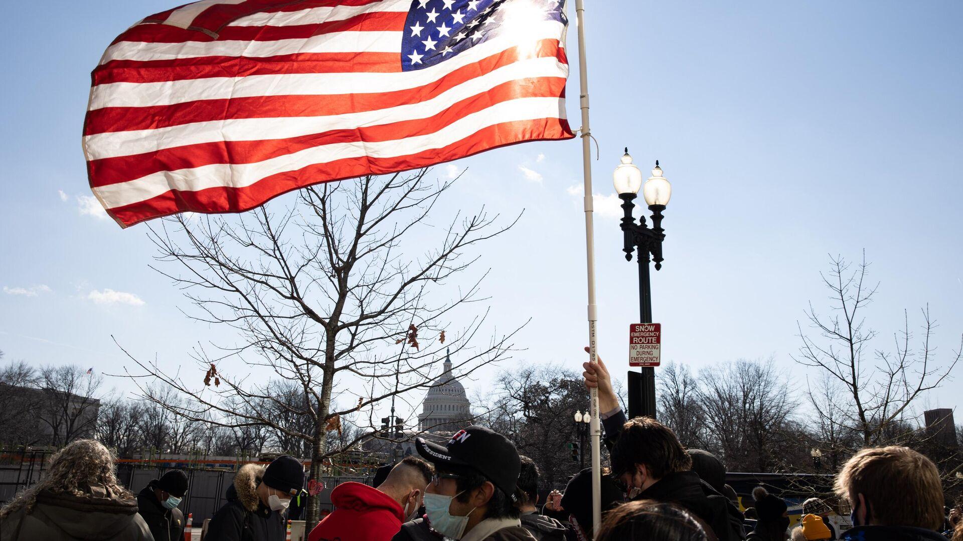 Американский флаг возле здания Капитолия США во время инаугурации избранного президента Джо Байдена - РИА Новости, 1920, 11.02.2021