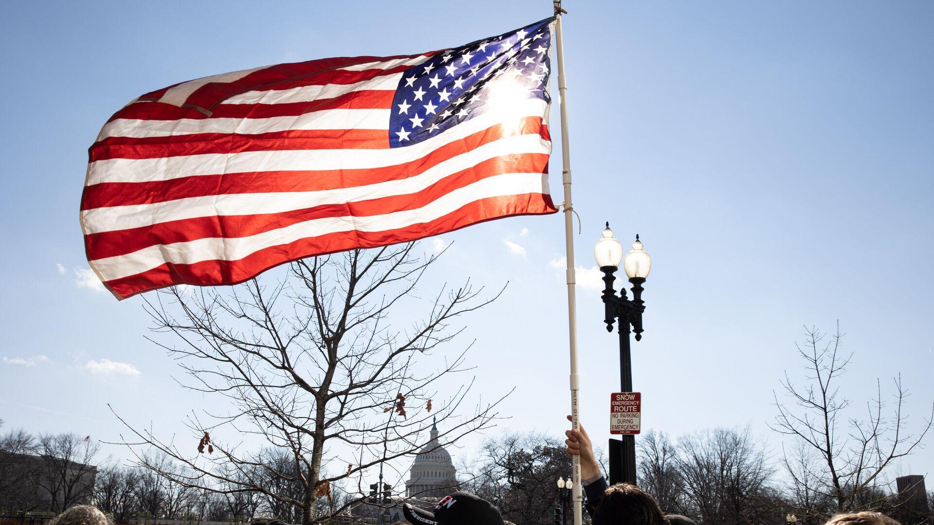 Американский флаг возле здания Капитолия США во время инаугурации избранного президента Джо Байдена - РИА Новости, 1920, 31.03.2021