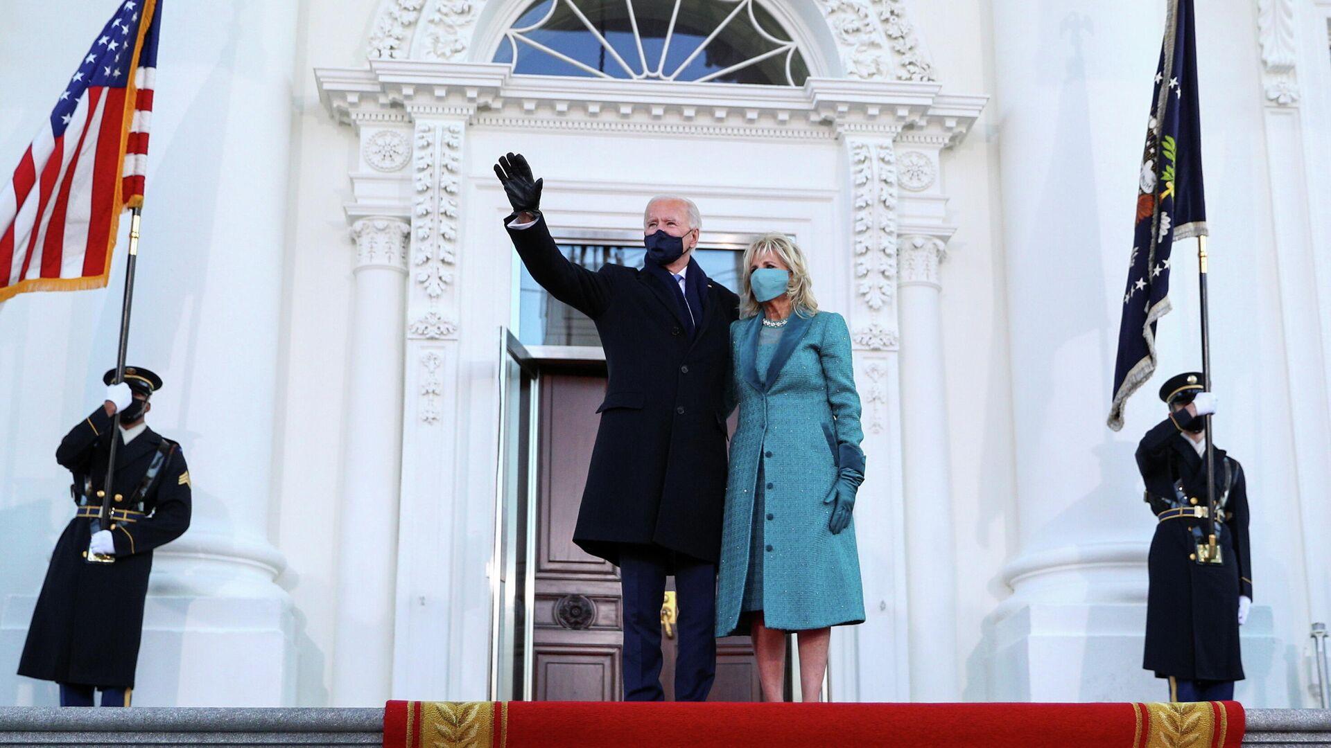 Президент США Джо Байден с супругой Джилл у Белого дома - РИА Новости, 1920, 29.01.2021