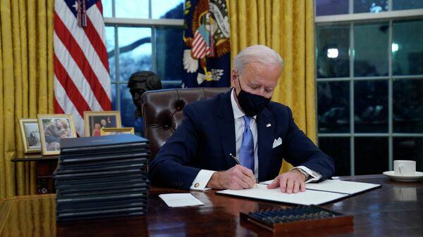 Байден подписывает указы в Белом доме