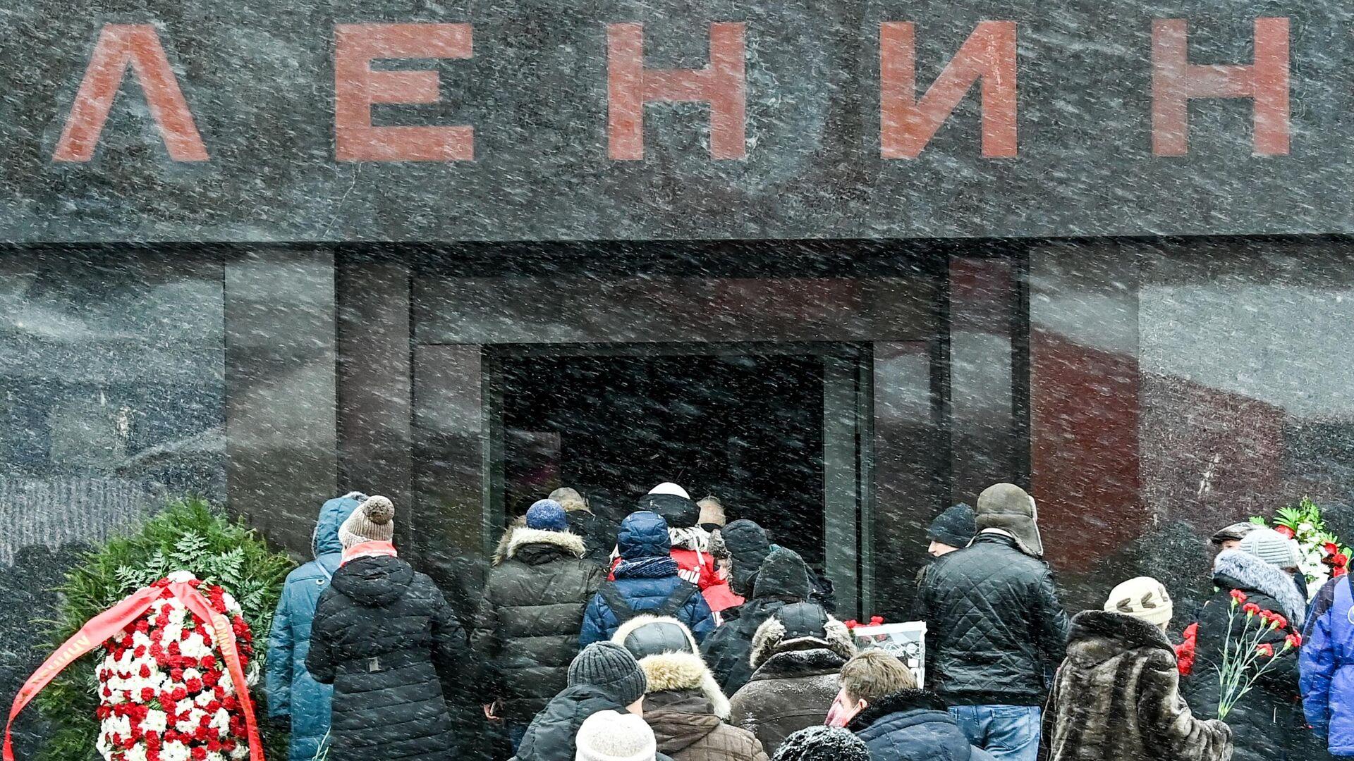 Сторонники КПРФ на церемонии возложения цветов к Мавзолею В. И. Ленина на Красной площади в Москве - РИА Новости, 1920, 12.04.2021