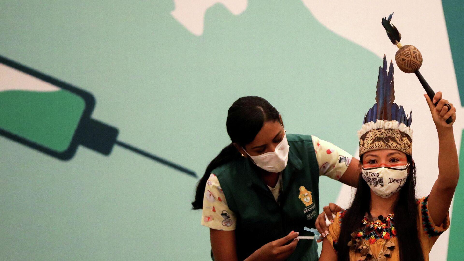 Ванда (Vanderlecia Ortega dos Santos) из племени Уитото во время прививки от коронавируса в Манаусе  - РИА Новости, 1920, 29.01.2021