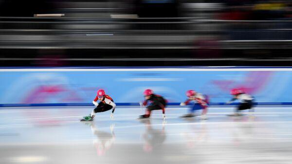 Спортсменки в полуфинальном заезде на 500 м среди девушек на соревнованиях по шорт-треку на III зимних юношеских Олимпийских играх 2020 в швейцарской Лозанне.