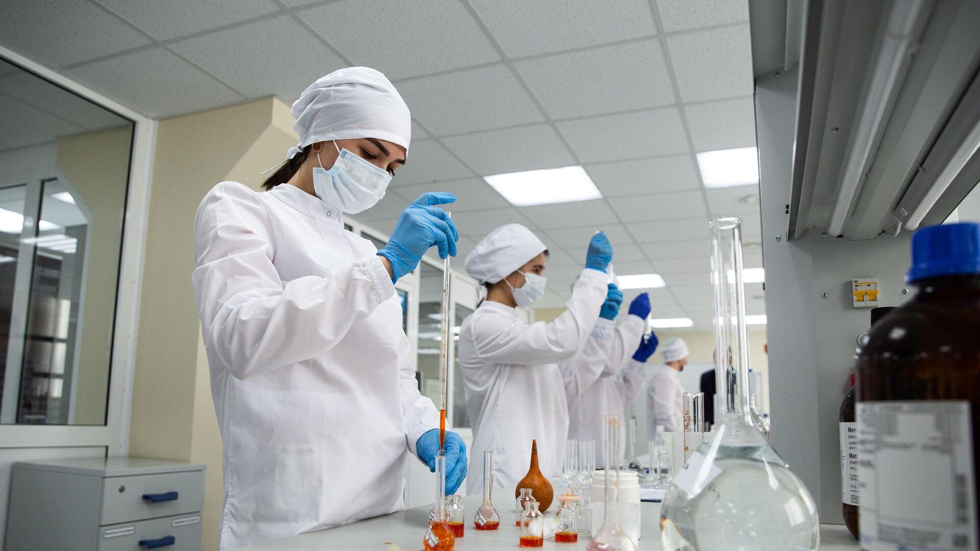 Сотрудницы в физико-химической лаборатории отдела контроля качества на предприятии Фармасинтез в Иркутске - РИА Новости, 1920, 26.07.2021