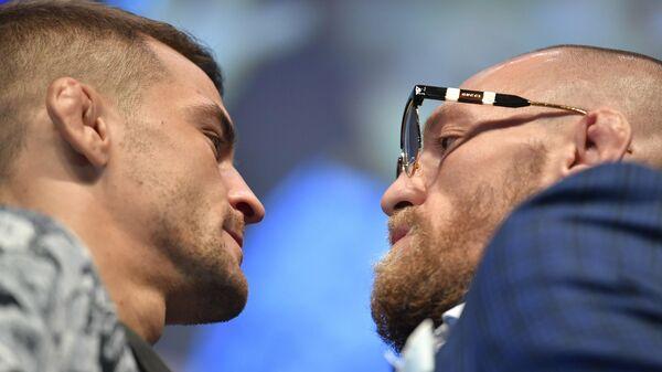 Дуэль взглядов между бойцами UFC Дастином Порье (слева) и Конором Макгрегором