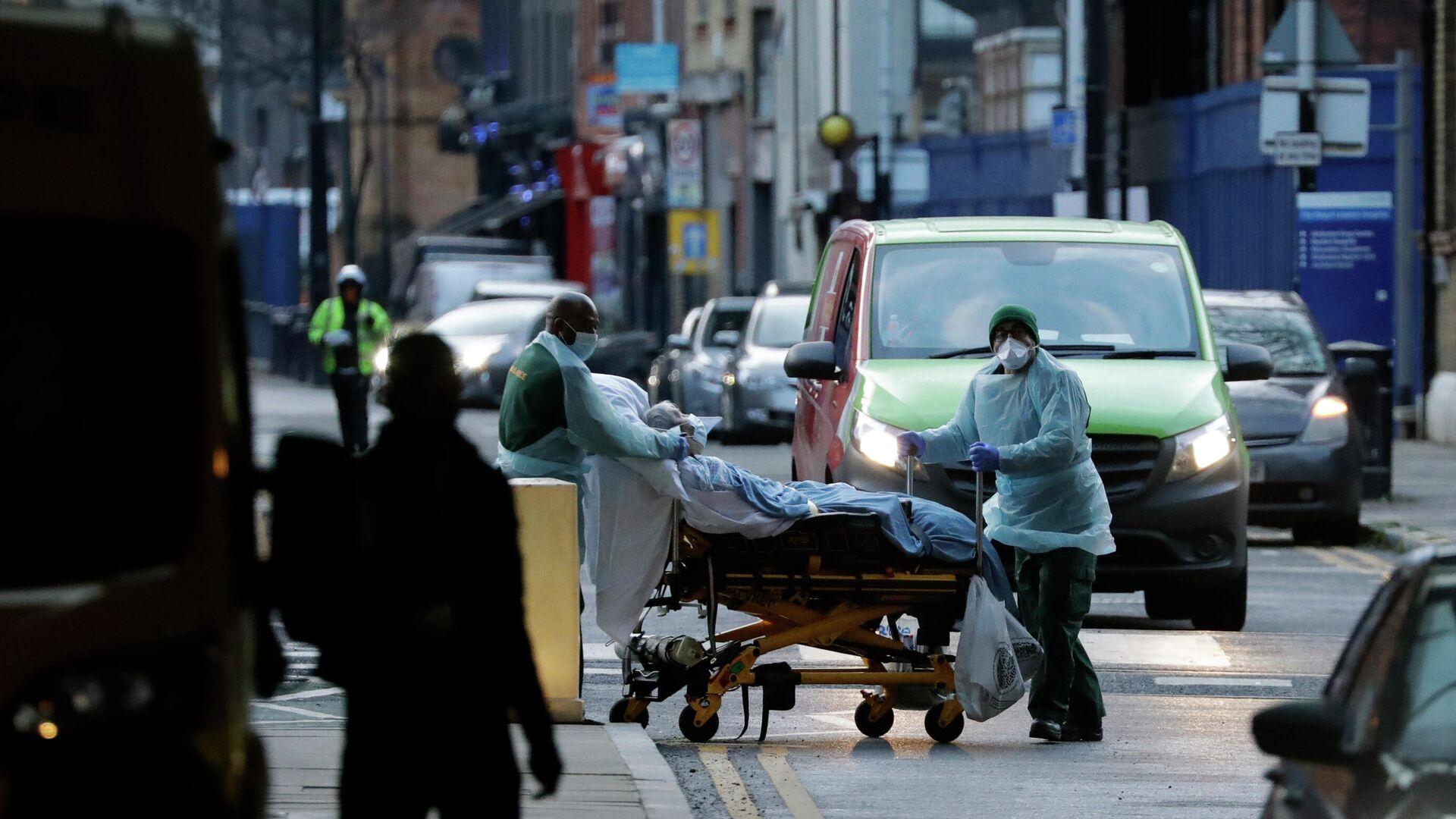 Медицинские работники транспортируют пациента на улице Лондона, Великобритания - РИА Новости, 1920, 20.12.2020