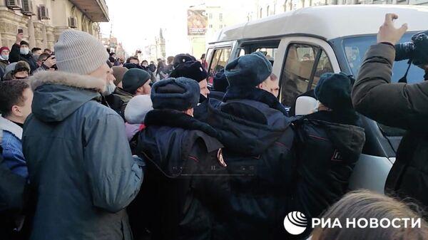 Сотрудники полиции и участники несанкционированной акции протеста во Владивостоке. Кадр видео