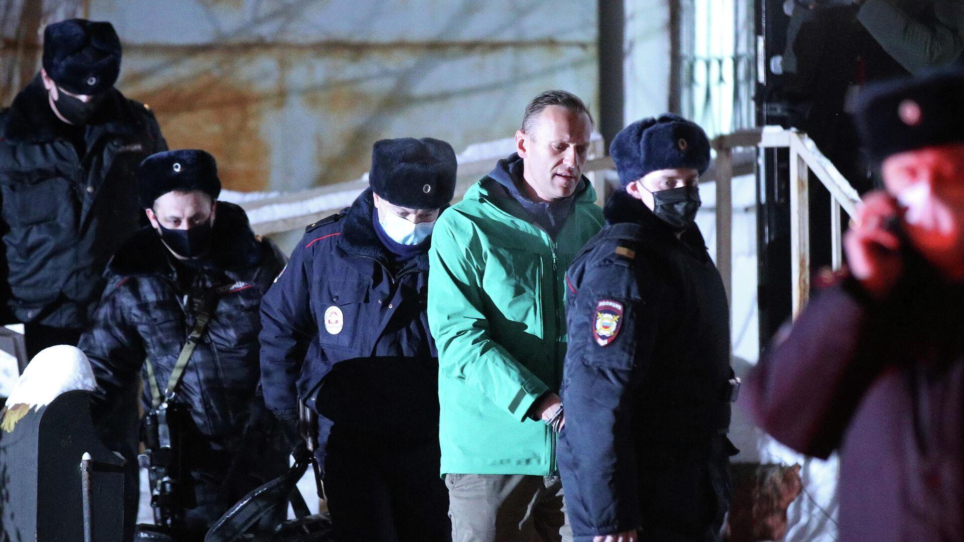 Сотрудники полиции выводят Алексея Навального из здания 2-го отдела полиции Управления МВД России по г. о. Химки - РИА Новости, 1920, 26.01.2021